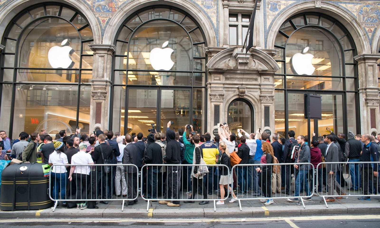 Line of customers at Apple Store