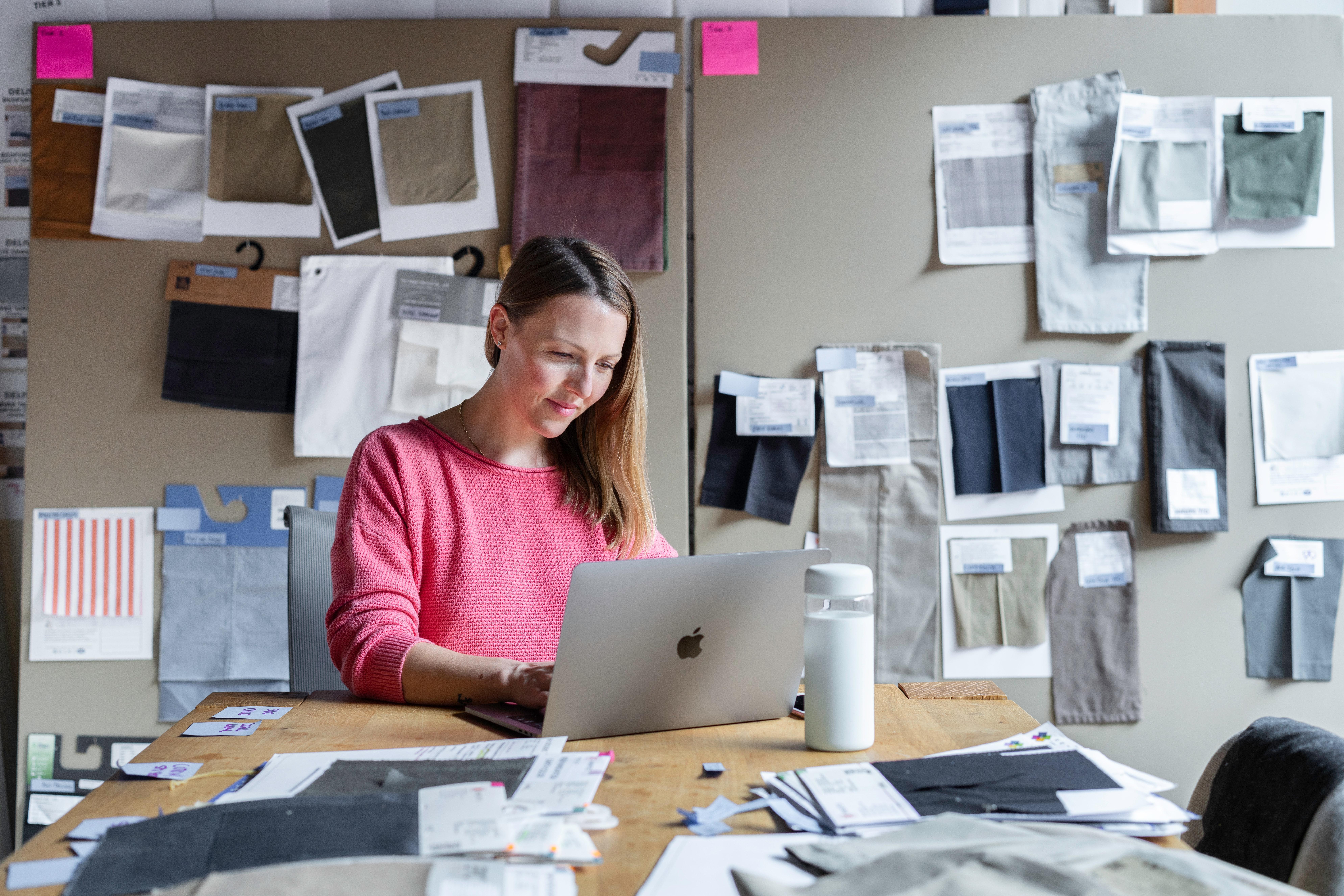 Mujer observando ventas